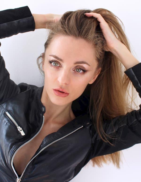 pose like Gigi Hadid